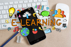 Texto e iconos del aprendizaje electrónico en fondo de la oficina Fotografía de archivo libre de regalías