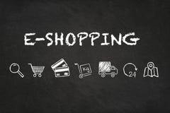 Texto e iconos en línea de las e-compras en fondo del tablero de tiza stock de ilustración