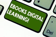 Texto Ebooks Digital da escrita da palavra que aprende O conceito do negócio para a publicação do livro fez disponível no teclado imagem de stock