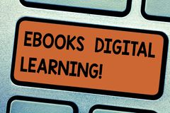Texto Ebooks Digital da escrita da palavra que aprende O conceito do negócio para a publicação do livro fez disponível no teclado imagens de stock royalty free