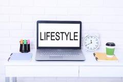 Texto elegante de la forma de vida en monitor Lugar de trabajo con el ordenador, la taza de café y el reloj Mofa ascendente y esp Fotos de archivo libres de regalías