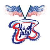 Texto elegante el 4 de julio, y banderas americanas en el fondo blanco Fotografía de archivo