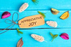 Texto elogioso de la alegría en la etiqueta de papel fotos de archivo libres de regalías