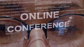 Texto en línea de la conferencia en fondo del desarrollador de sexo femenino almacen de metraje de vídeo