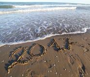 Texto 2017 en la playa fotos de archivo