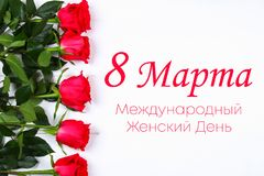 Texto en ruso: 8 de marzo, día internacional del ` s de las mujeres Rosas en un fondo blanco Fotos de archivo libres de regalías