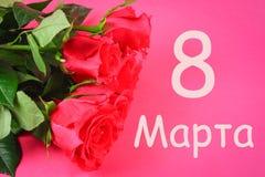 Texto en ruso: 8 de marzo rosas Día internacional del ` s de las mujeres Imagen de archivo