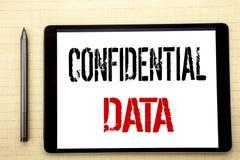 Texto escrito à mão que mostra dados confidenciais Escrita do conceito do negócio para a proteção secreta escrita na tela de tabl Fotografia de Stock Royalty Free
