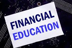 Texto escrito à mão que mostra a educação financeira Conceito do negócio para o conhecimento da finança escrito na nota pegajosa, imagens de stock royalty free