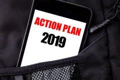 Texto escrito à mão que mostra o plano de ação 2019 Escrita do conceito do negócio para o telefone celular escrito estratégia do  Fotos de Stock Royalty Free