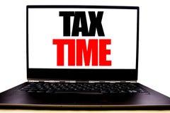 Texto escrito à mão que mostra o tempo do imposto Escrita do conceito do negócio para o lembrete da finança da tributação escrito imagem de stock