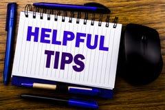 Texto escrito à mão que mostra pontas úteis Conceito do negócio para a ajuda no FAQ ou no conselho, escrito no papel de nota do l foto de stock