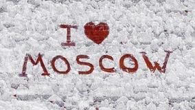 Texto: Eu amo Moscou Na parede de tijolo coberto de neve foto de stock royalty free