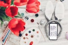 Texto feliz da Páscoa na tela do telefone Cartão de cumprimentos do ` s da estação bunn foto de stock