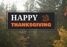 Texto feliz de la acción de gracias con los árboles forestales del otoño Foto de archivo