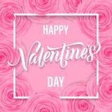 Texto feliz de las letras de día de las tarjetas del día de San Valentín en el fondo color de rosa del rosa del estampado de plor Fotos de archivo