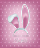 Texto feliz de Pascua con los oídos de conejo en fondo rosado Plantilla de la tarjeta de felicitación de Pascua del vector libre illustration