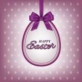 Texto feliz de Pascua en el huevo de Pascua con la cinta violeta y la corbata de lazo para la tarjeta de felicitación del día de  ilustración del vector