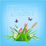 Texto feliz de Pascua en fondo del cielo con la hierba, las margaritas y los huevos de Pascua para la tarjeta de felicitación pas stock de ilustración