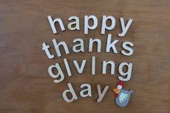 Texto feliz del día de la acción de gracias con las letras de madera Foto de archivo libre de regalías