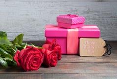 Texto feliz del día de madre con las rosas y las cajas de regalo Imagen de archivo libre de regalías