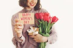Texto feliz do dia do ` s das mulheres no cartão posse à moda feliz da menina Imagem de Stock