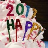 Texto 2017 feliz que cobrem um bolo Fotos de Stock Royalty Free