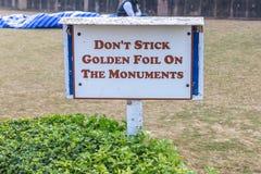 Texto: Folha dourada da vara do ` t de Don nos monumentos imagem de stock royalty free
