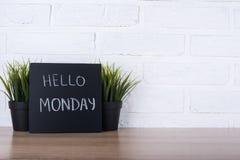 Texto hola lunes en la pizarra Foto de archivo