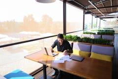 Texto independiente de la reescritura del redactor de anuncios en el ordenador portátil en la tabla del café imagenes de archivo