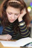 Texto joven agujereado de la lectura del estudiante Fotos de archivo libres de regalías
