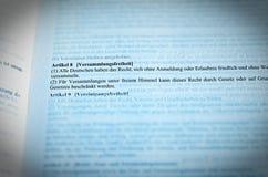 Texto legislativo de la libertad del GG del artículo 8 de la ley orgánica de los derechos fundamentales de la asamblea de la Repú fotos de archivo
