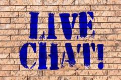 Texto Live Chat da escrita Conversação do significado do conceito na arte da parede de tijolo de uma comunicação móvel dos multim fotos de stock royalty free