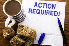 Texto manuscrito que muestra la acción requerida Concepto del negocio para urgente inmediato escrito en el papel seda en el fondo Imagenes de archivo