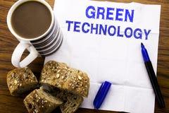 Texto manuscrito que muestra tecnología verde Concepto del negocio para la campaña, escrito en el papel seda en el fondo de mader Foto de archivo libre de regalías