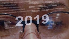 texto 2019 no fundo do colaborador f?mea vídeos de arquivo