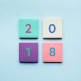 texto 2018 no papel para cartas colorido imagens de stock