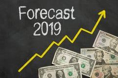 Texto no quadro-negro com dinheiro - previsão 2019 fotografia de stock royalty free