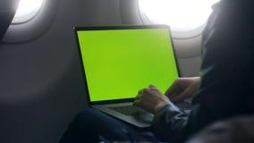 Texto ocupado del correo electrónico de la escritura de la mujer en el ordenador portátil en aeroplano almacen de video
