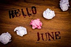 Texto olá! junho da escrita O significado do conceito que começa uma mensagem nova maio do mês está sobre o fundo de madeira das  Fotos de Stock
