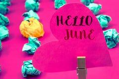 Texto olá! junho da escrita da palavra O conceito do negócio para começar uma mensagem nova maio do mês está sobre a terra arrend Imagem de Stock Royalty Free