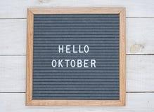 Texto olá! outubro do inglês em uma placa da letra nas letras brancas em um fundo cinzento fotografia de stock