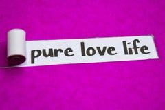 Texto puro de la vida del amor, concepto de la inspiración, de la motivación y del negocio en el papel rasgado púrpura imagen de archivo libre de regalías