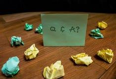 Texto Q da escrita e uma pergunta O significado do conceito em que demonstrando pede perguntas e outra responde-lhes imagens de stock
