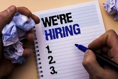 Texto que da escrita nós estamos contratando O significado do conceito que recruta contratando agora a vaga do recrutamento anunc fotos de stock