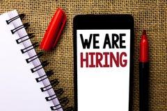 Texto que da escrita nós estamos contratando Talento do significado do conceito que caça o recrutamento de Job Position Wanted Wo fotos de stock