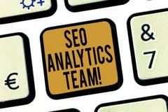 Texto Seo Analytics Team da escrita Exibição do significado do conceito que faz o processo que afeta o teclado em linha da Web da fotos de stock royalty free