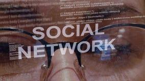 Texto social de la red en fondo del desarrollador de sexo femenino almacen de video