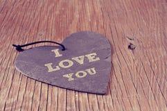 Texto te amo en una pizarra en forma de corazón Foto de archivo