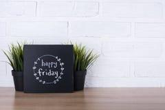Texto viernes feliz en la pizarra Foto de archivo libre de regalías